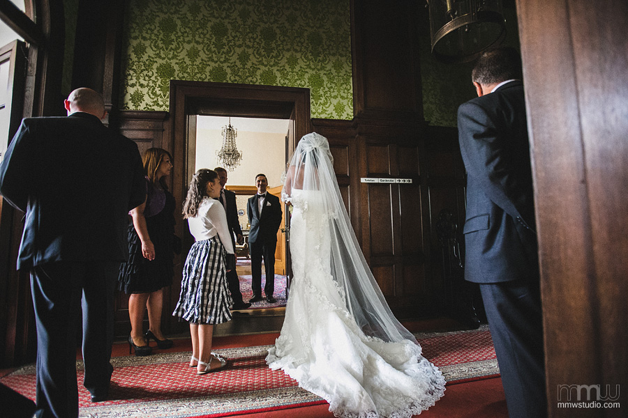 bride entering the ceremony, photo by mmwstudio, birmingham